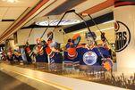 Das Abholen des Koffers wird am Edmonton Flughafen zu einem Erlebnis mit Eishockey-Spielerfiguren.