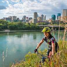 Mountainbiking entlang der River Valley Road am North Saskatchewan River
