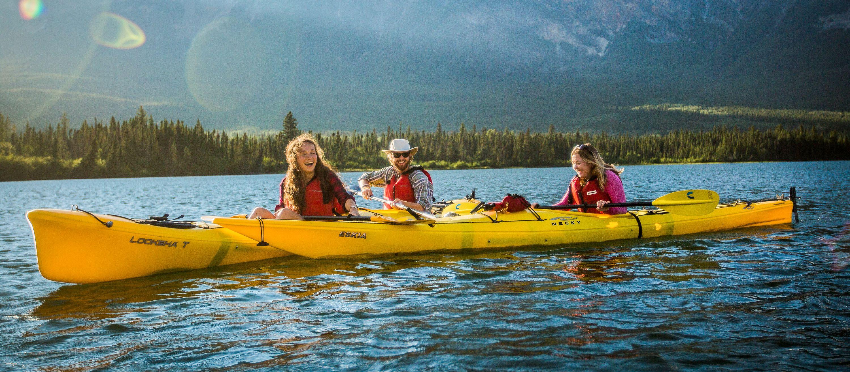 Familie beim Kajakfahren auf dem Athabasca River im Jasper-Nationalpark