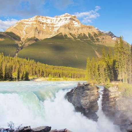 Athabasca Falls mit Mount Kerkeslin im Jasper National Park, Alberta