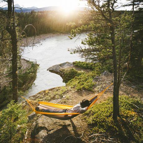 Relaxen bei den Athabasca Falls im Jasper National Park, Alberta