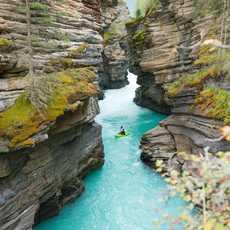 Kayaker paddelt durch eine schmale Schlucht bei den Athabasca Falls im Jasper National Park, Alberta