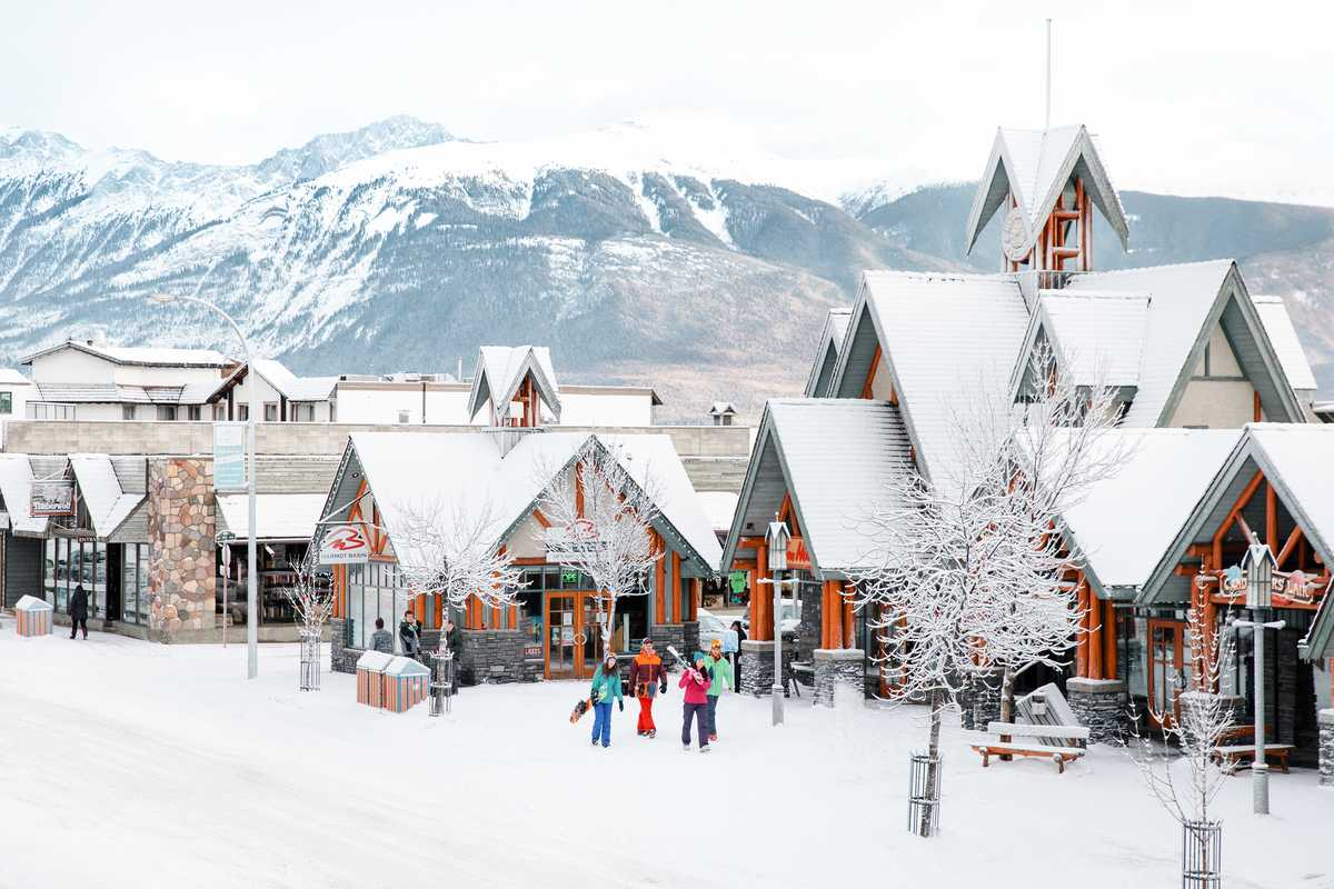 Mit der Skiausrüstung richtung Piste durch die Innenstadt von Jasper