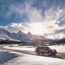 Auto fährt auf dem Icefields Parkway, Kananaskis Country, Alberta
