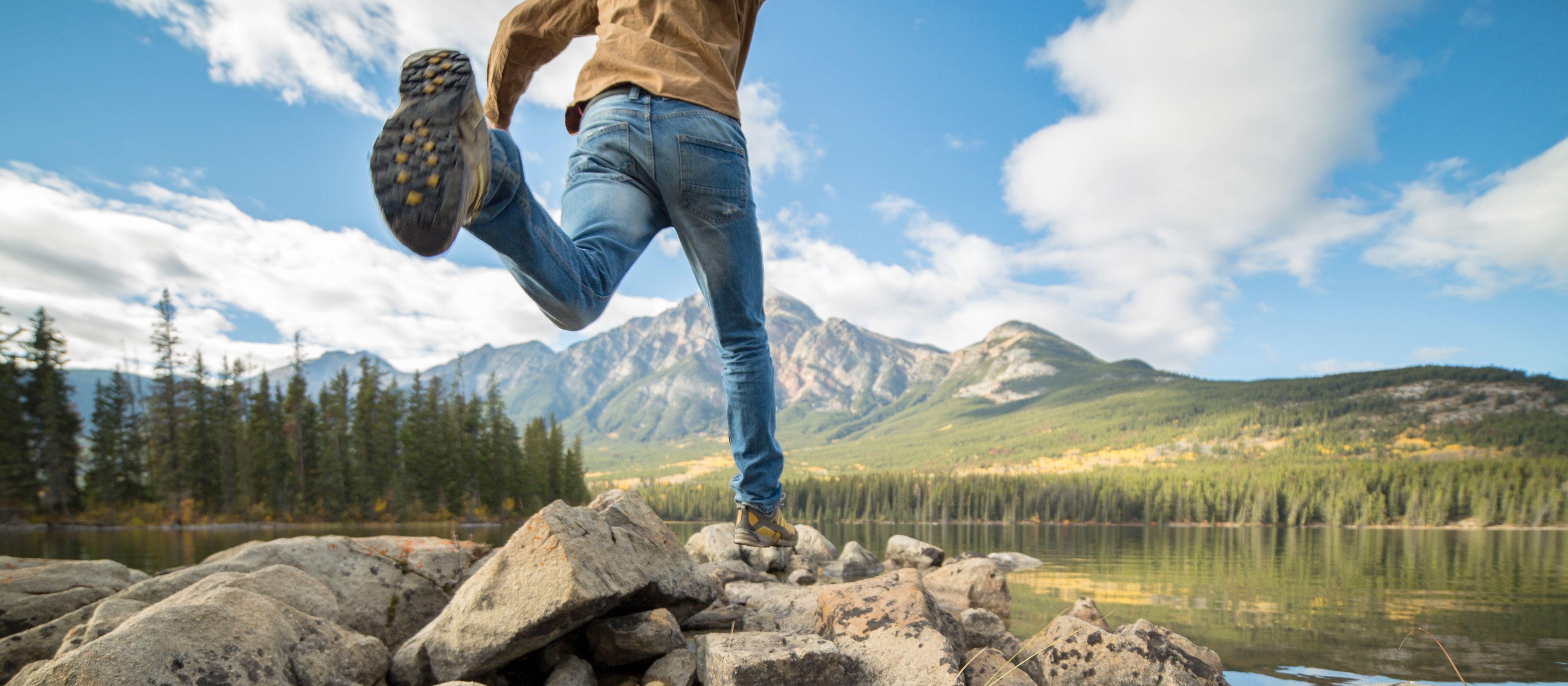 Auf Entdeckungstour am See im Jasper Nationalpark in Alberta