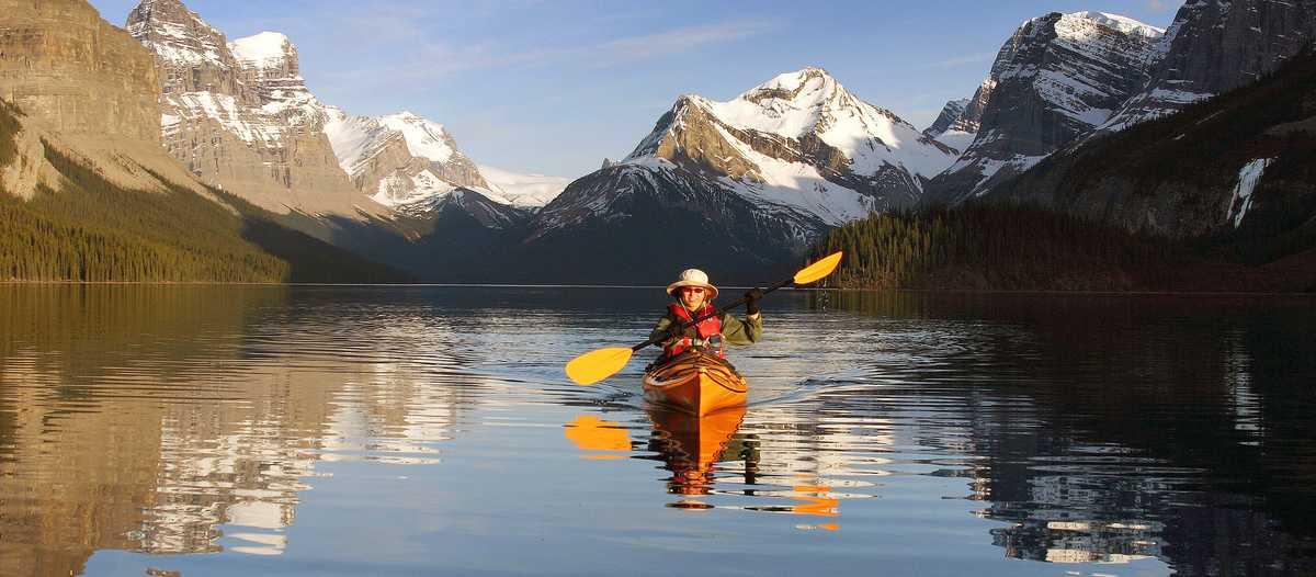 Kayakfahren im Maligne Lake, Alberta
