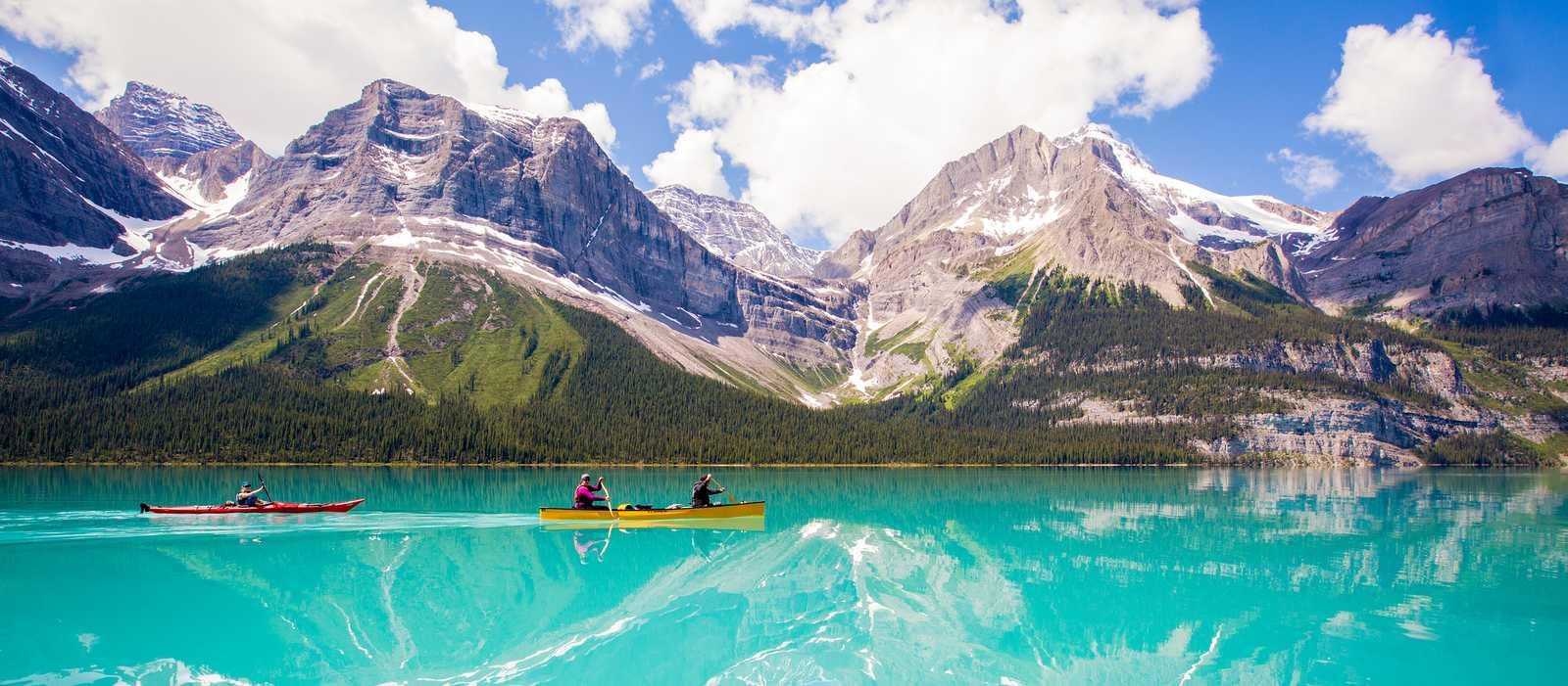 Kanu fahren auf dem traumhaft klaren Maligne Lake in Alberta