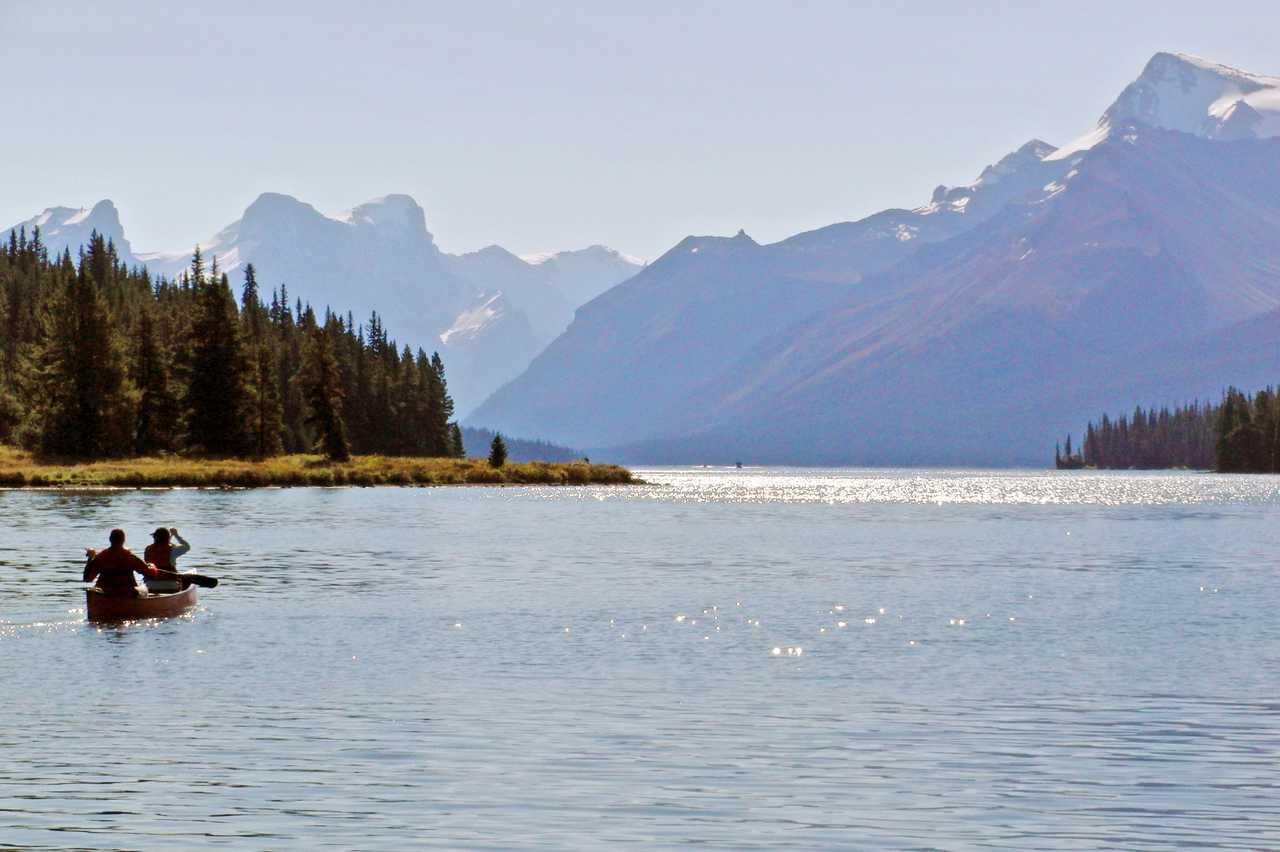 Kanu auf dem Maligne Lake