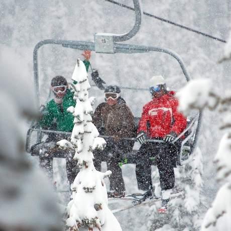 Sessellift im Schneefall, Alberta