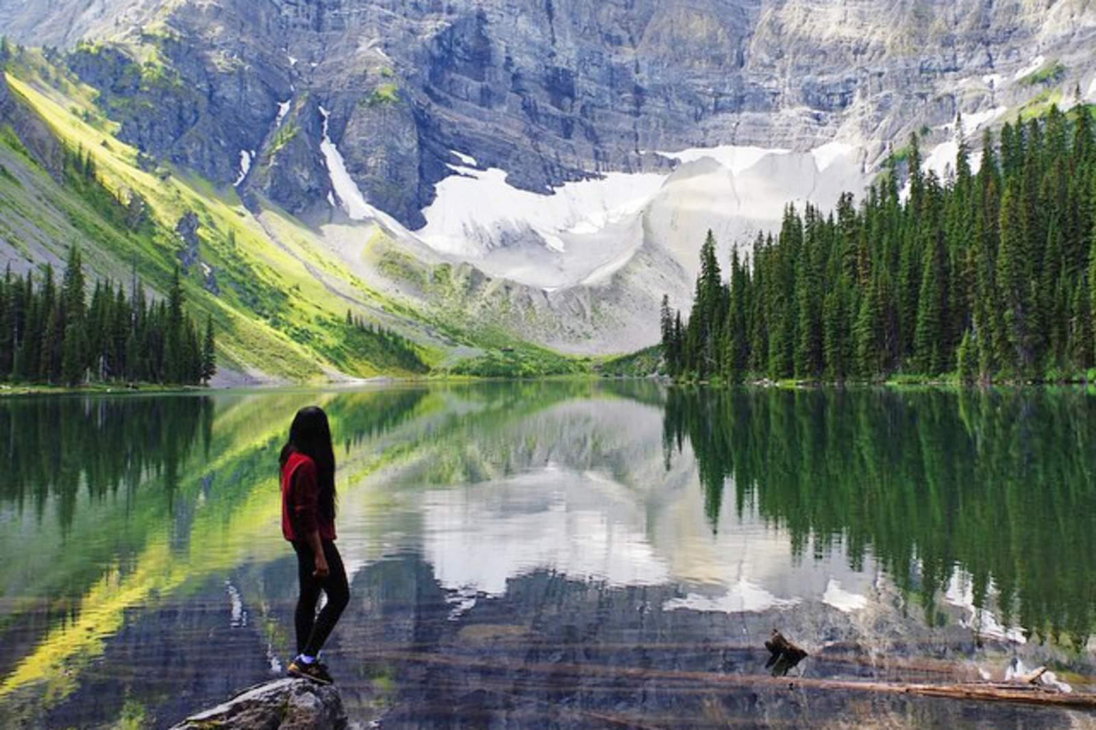 Wanderer am Rand des Rawson Lake im Kananaskis Country, Alberta