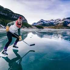 Eine Eishockey Spielering im Kananaskis Country in Alberta