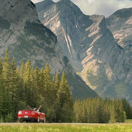 Eine Strasse führt durch den Bow Valley Provincial Park, Kananaskis Country, Alberta