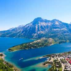 See und Berge bei Waterton im Waterton Lakes National Park, Alberta