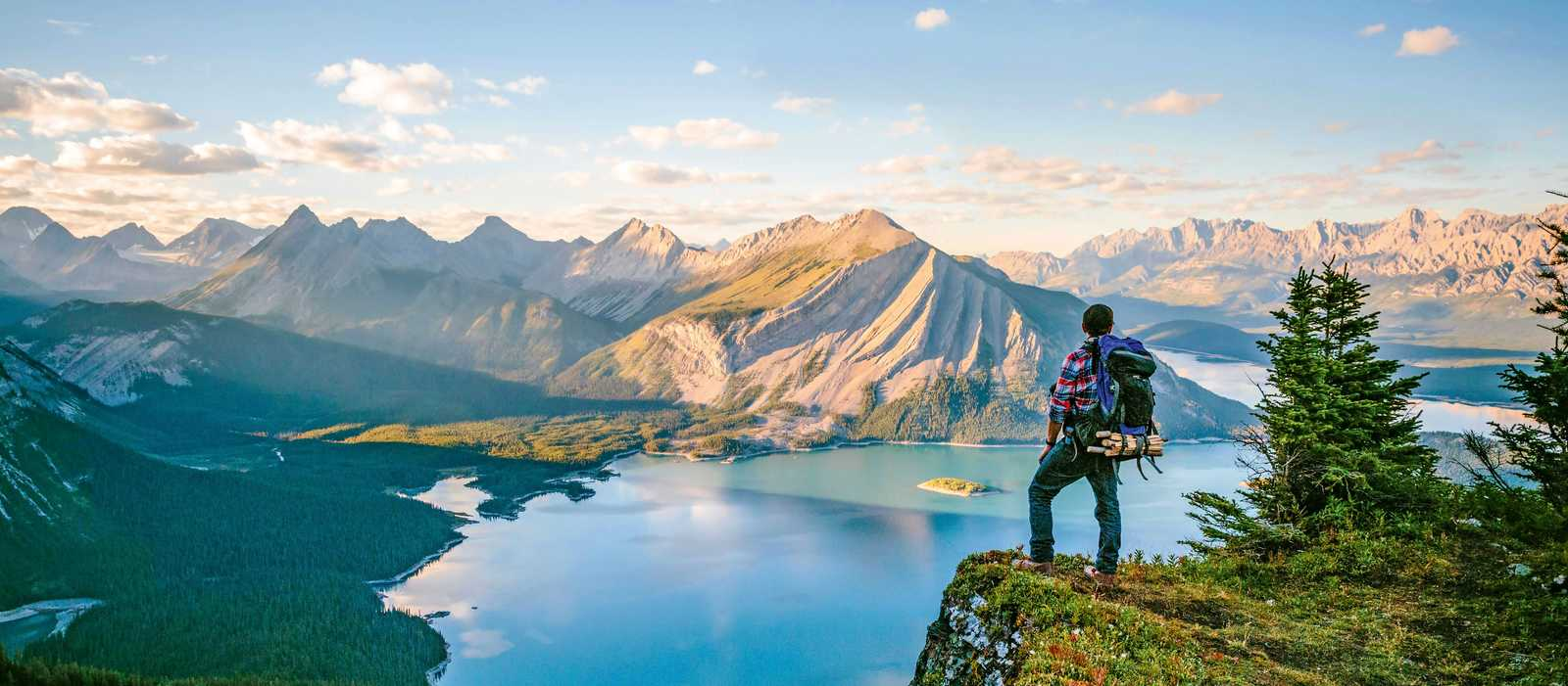Wanderer blickt auf den Rawson Lake im Waterton Lakes National Park in Alberta