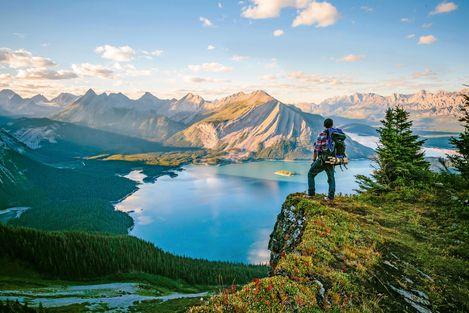Wanderer blickt auf den Rawson Lake im Waterton Lakes National Park in Alberta