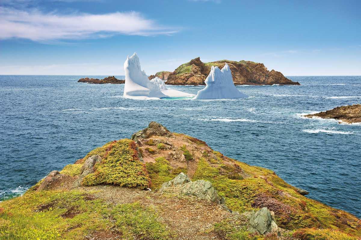 Ein Eisberg vor der Küste von Crow Head, Kanada