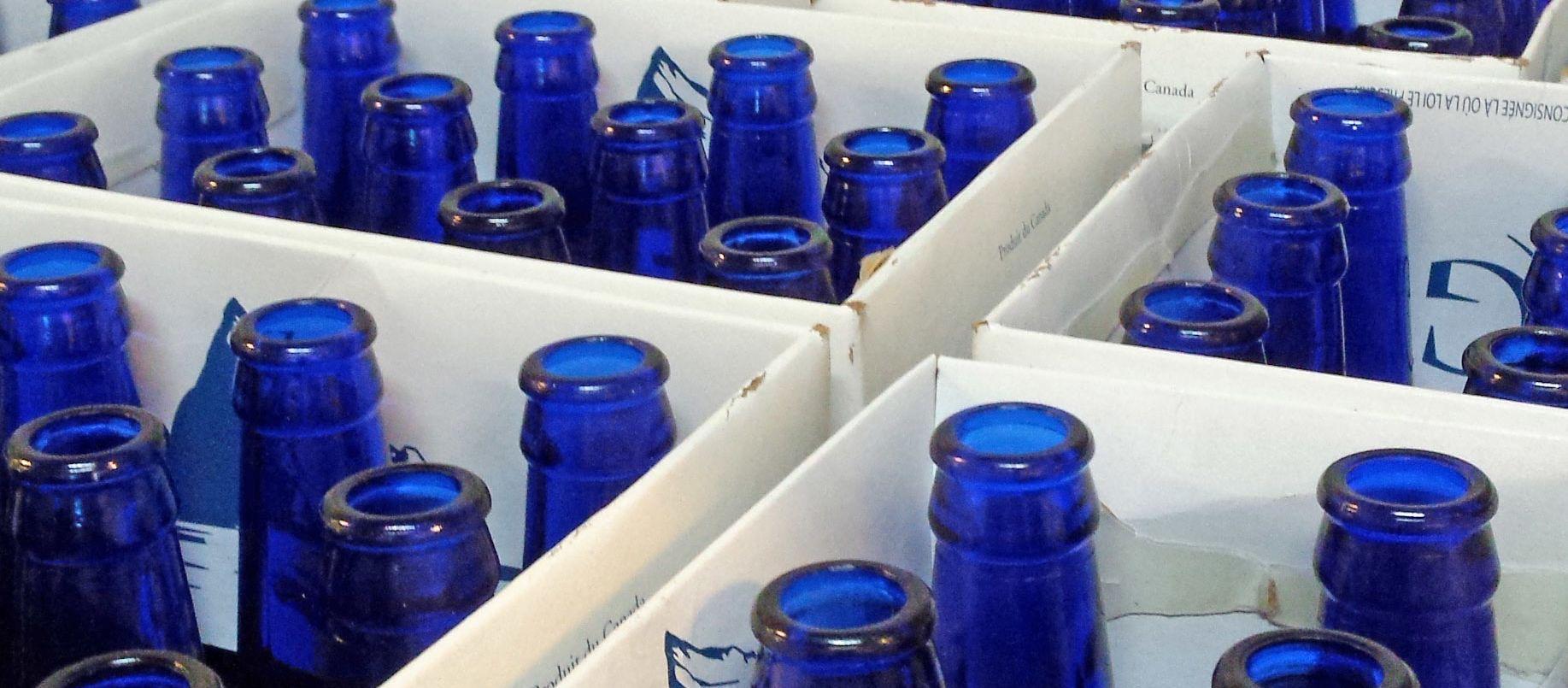 Eisbergbier in blauen Flaschen
