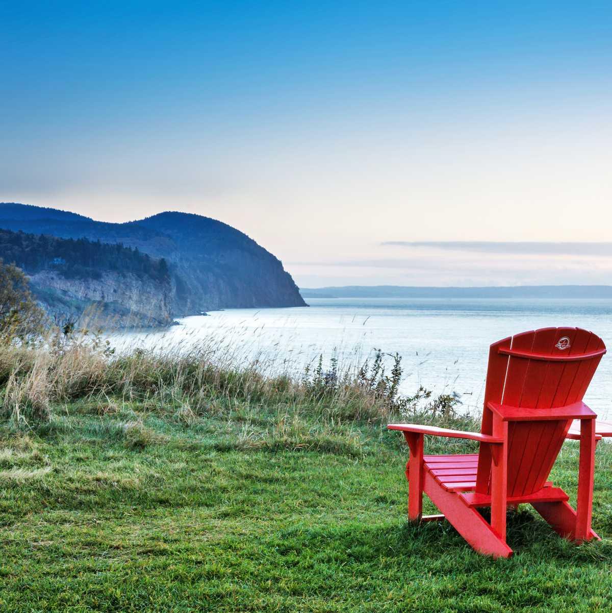 Liegestühle an einem Aussichtspunkt in der Bay of Fundy, New Brunswick
