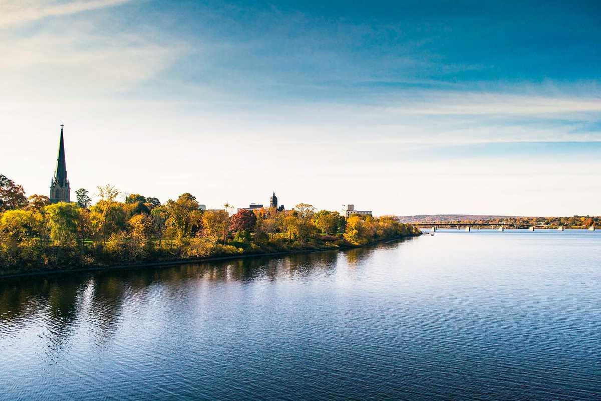 Ausblick von der Walking Bridge auf Fredericton in New Brunswick, Kanada