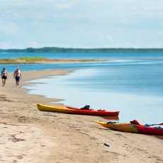 Kajaks am Strand im Kouchibouguac Nationalpark in New Brunswick