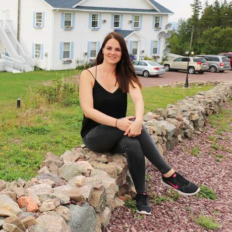 Maja vor dem Castle Rock Inn, Ingonish, Nova Scotia