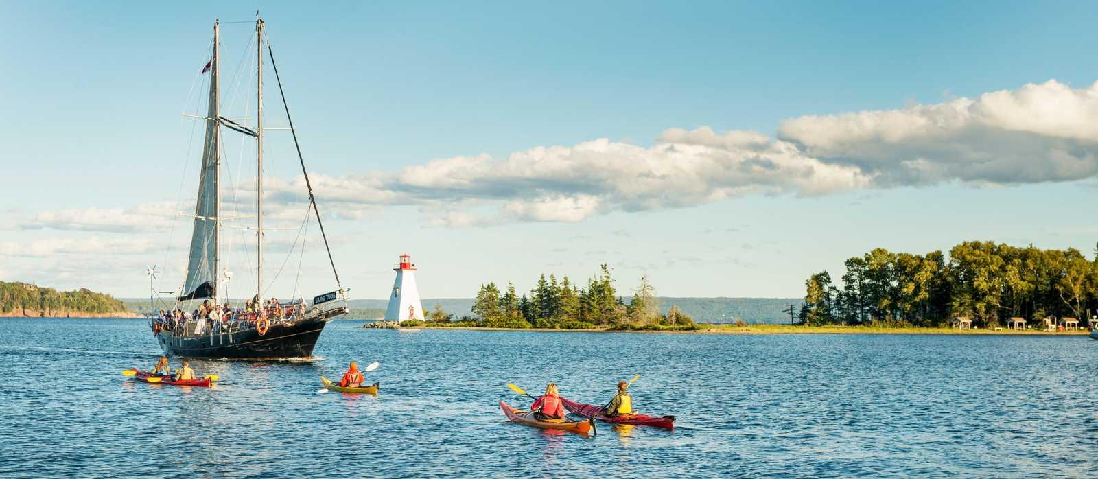 Ausflug im Kajak an der Küste von Cape Breton Island, Nova Scotia