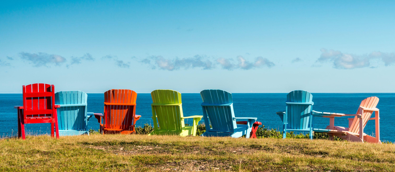 Sieben bunte Stühle, Pleasant Bay, Cape Breton, Nova Scotia