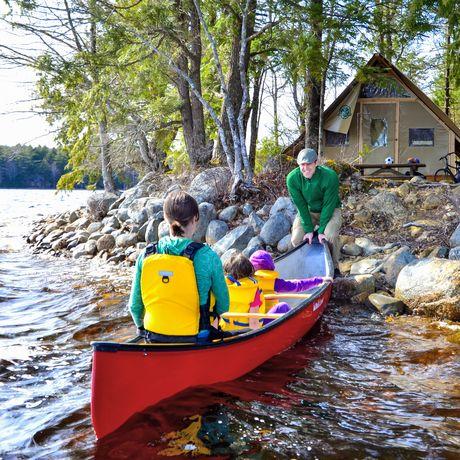 Kanu am Ufer des Kejimkujik Lake im Nationalpark, Nova Scotia
