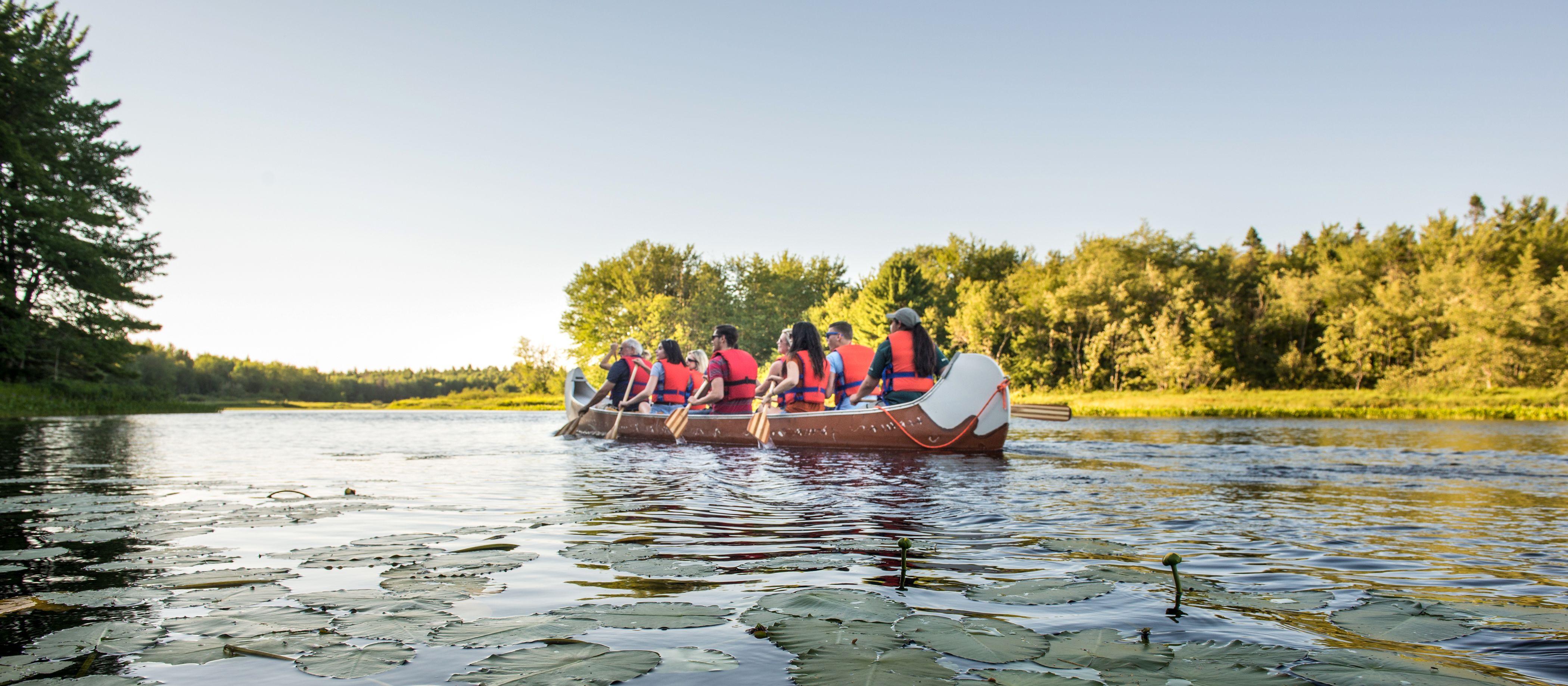 Freunden machen eine Kanutour im Kejimkujik-Nationalpark in der kanadischen Provinz Nova Scotia