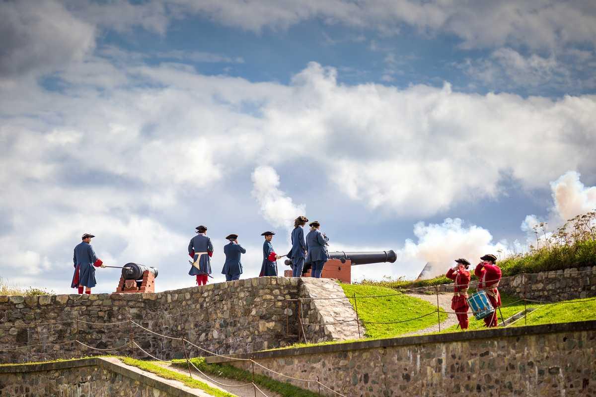 Historische Vorstellung mit Kanonenfeuer in Louisbourg, Kanada
