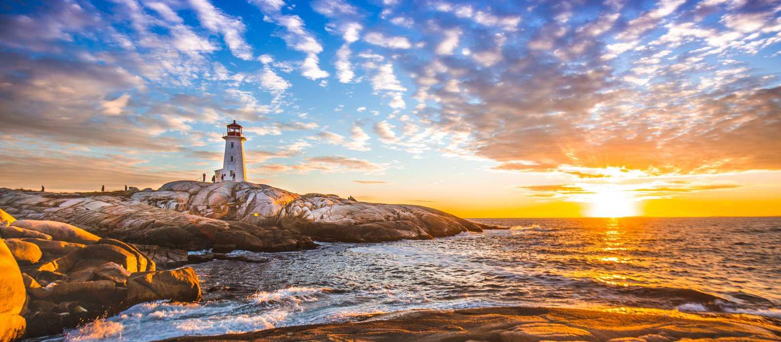 Der berühmte Leuchtturm von Peggy's Cove an der St. Margarets Bay bei Sonnenuntergang in Nova Scotia