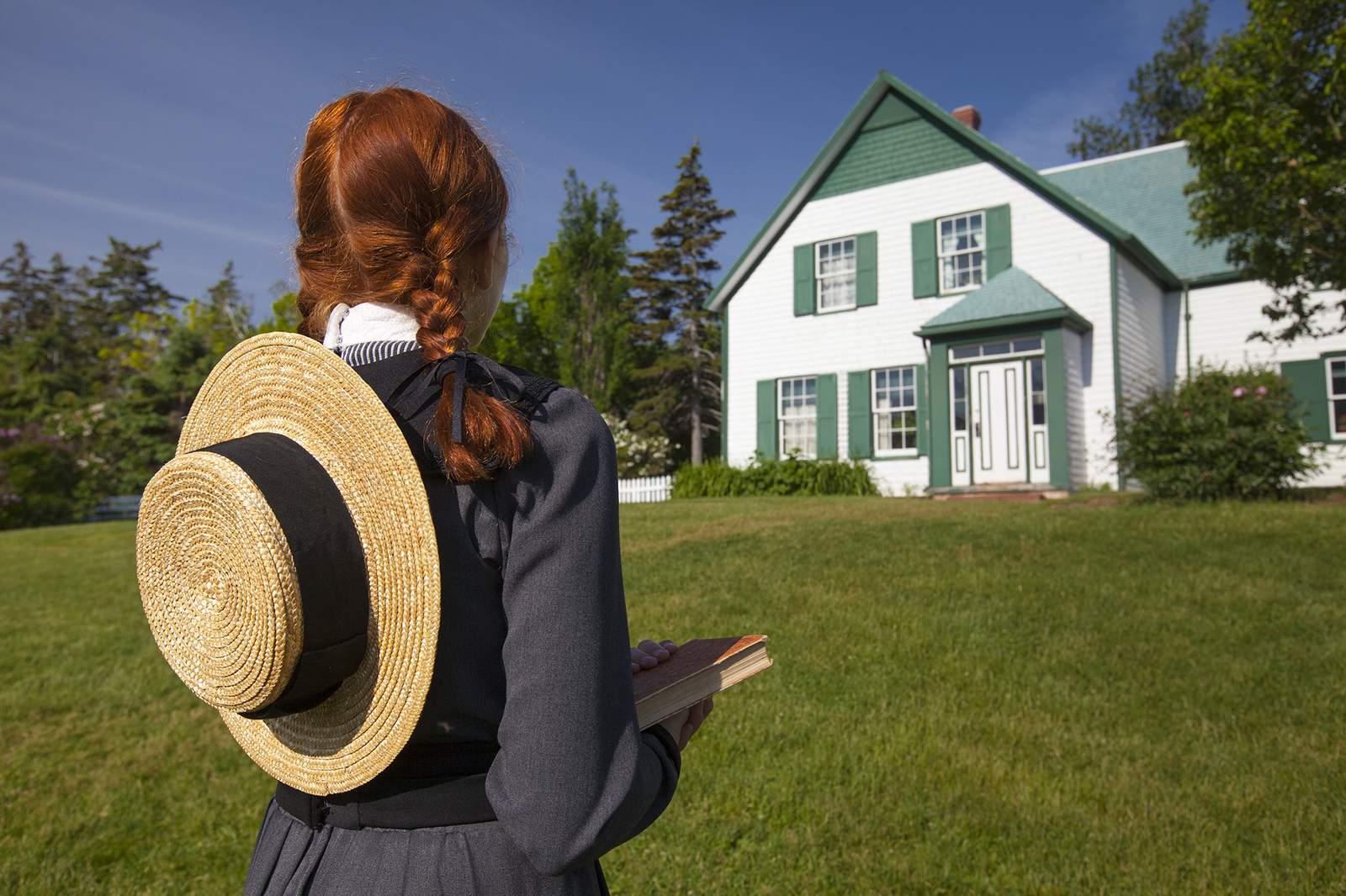 Anne of Gren Gables, Anne steht vor dem Schulgebäude