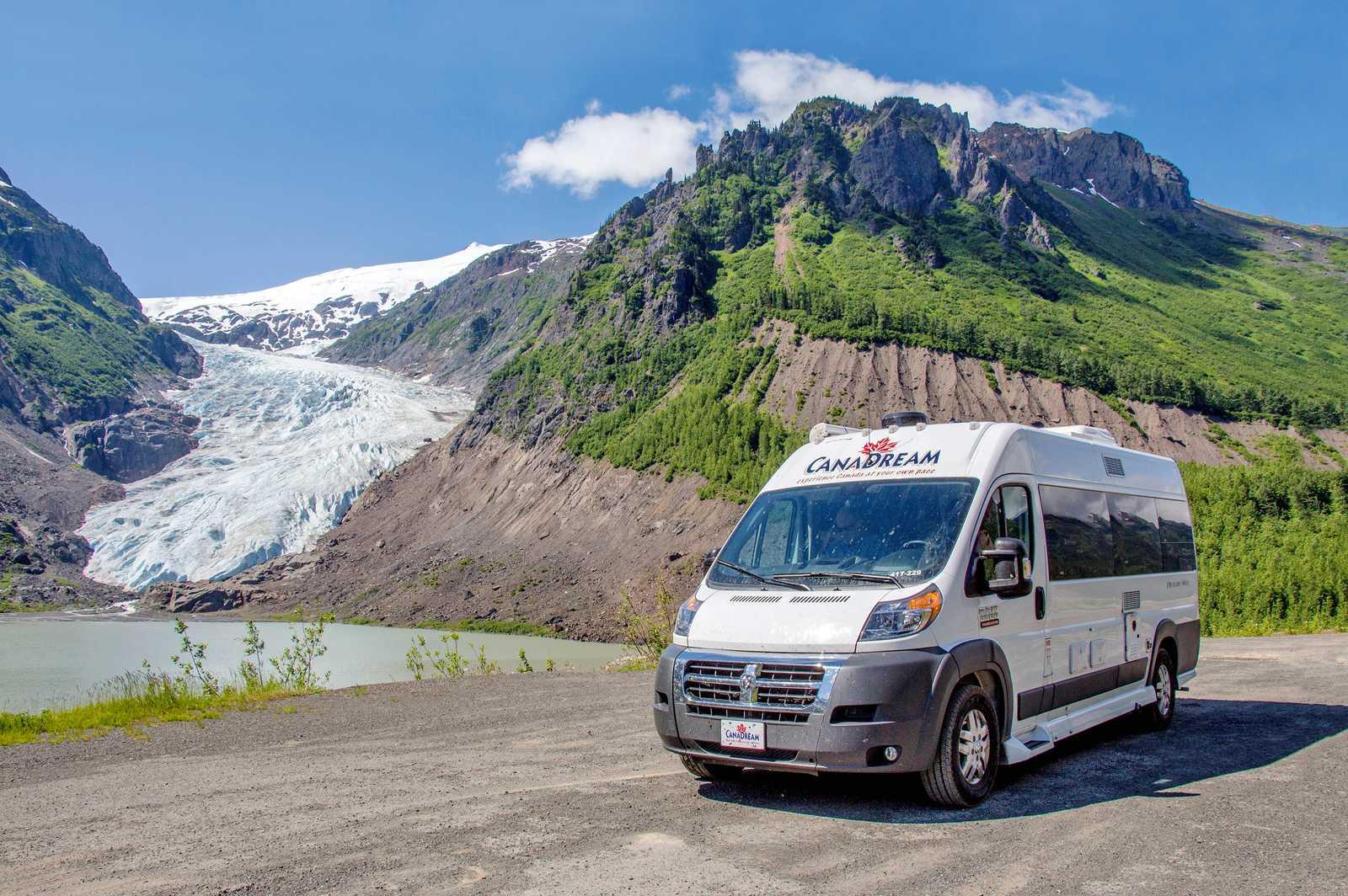 Ein CanaDream DVC Modell unterwegs im Bear Glacier Stewart Highway, British Columbia