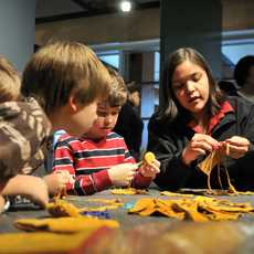 Content Campaign Aboriginal BC, Basteln im Squamish lil'wat Kulturzentrum