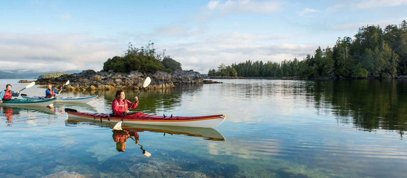 Kanugruppe paddelt an den Tiny Group Inseln vorbei