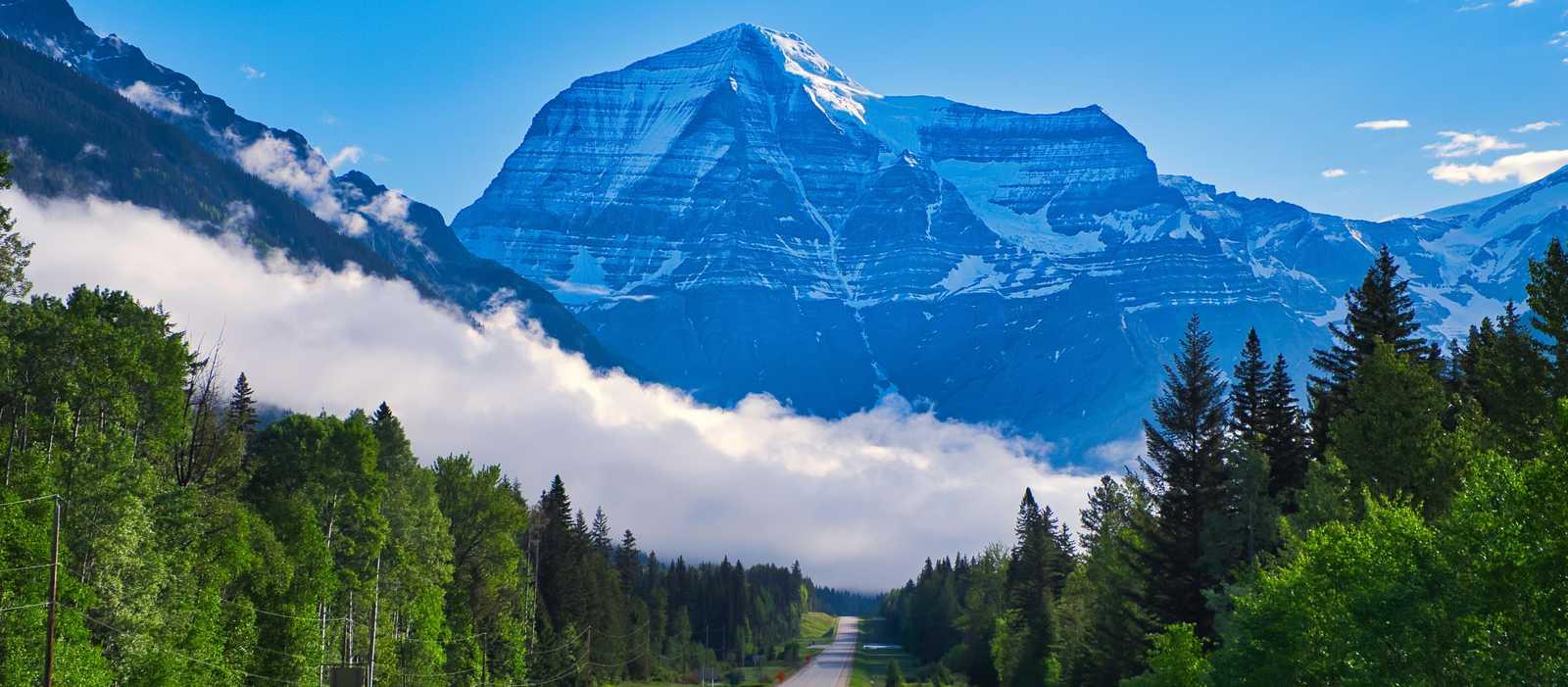 Fahrt auf dem Highway durch die Rocky Mountains mit Blick auf den Mount Robson