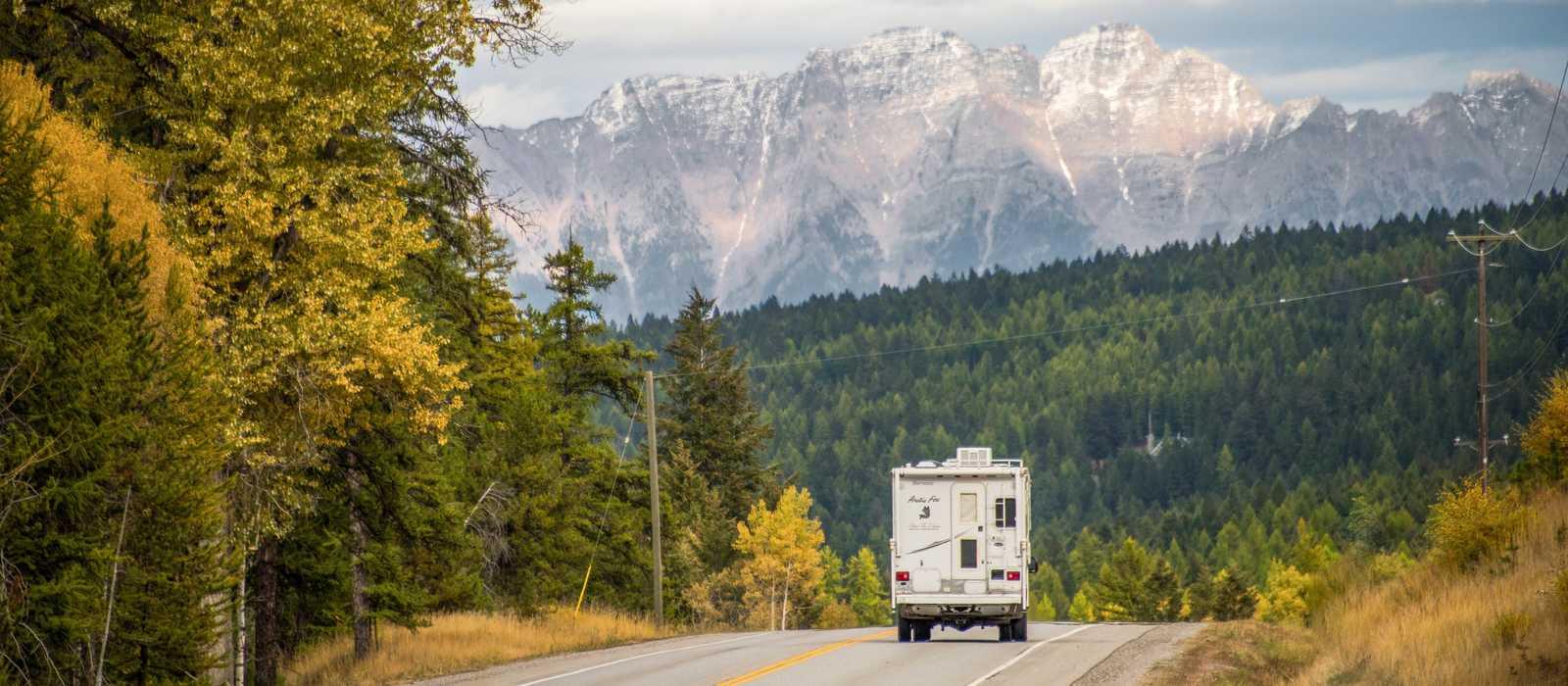 Mit dem Camper auf dem Highway 3 entgegen der Gebirgskette The Steeples in British Columbia fahren