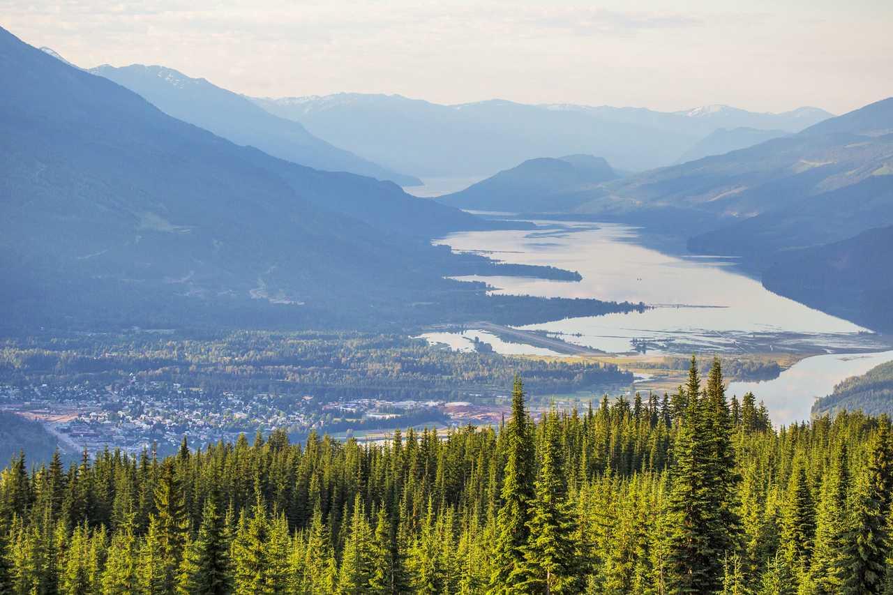 Blick vom Frisby Ridge auf Revelstoke, British Columbia