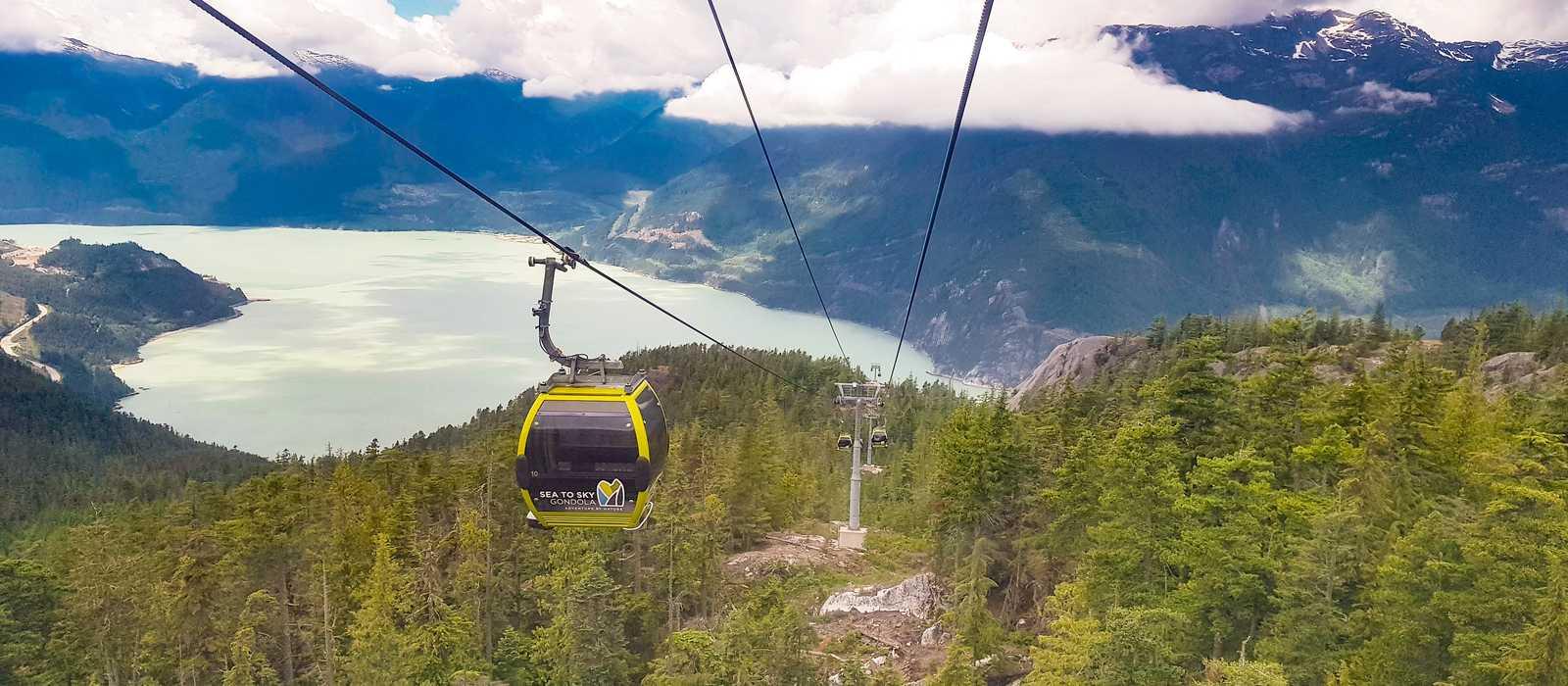 Blick von der Sea-To-Sky-Gondola auf den Howe Sound bei Squamish, British Columbia