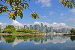 Blick von False Creek auf die Skyline von Vancouver