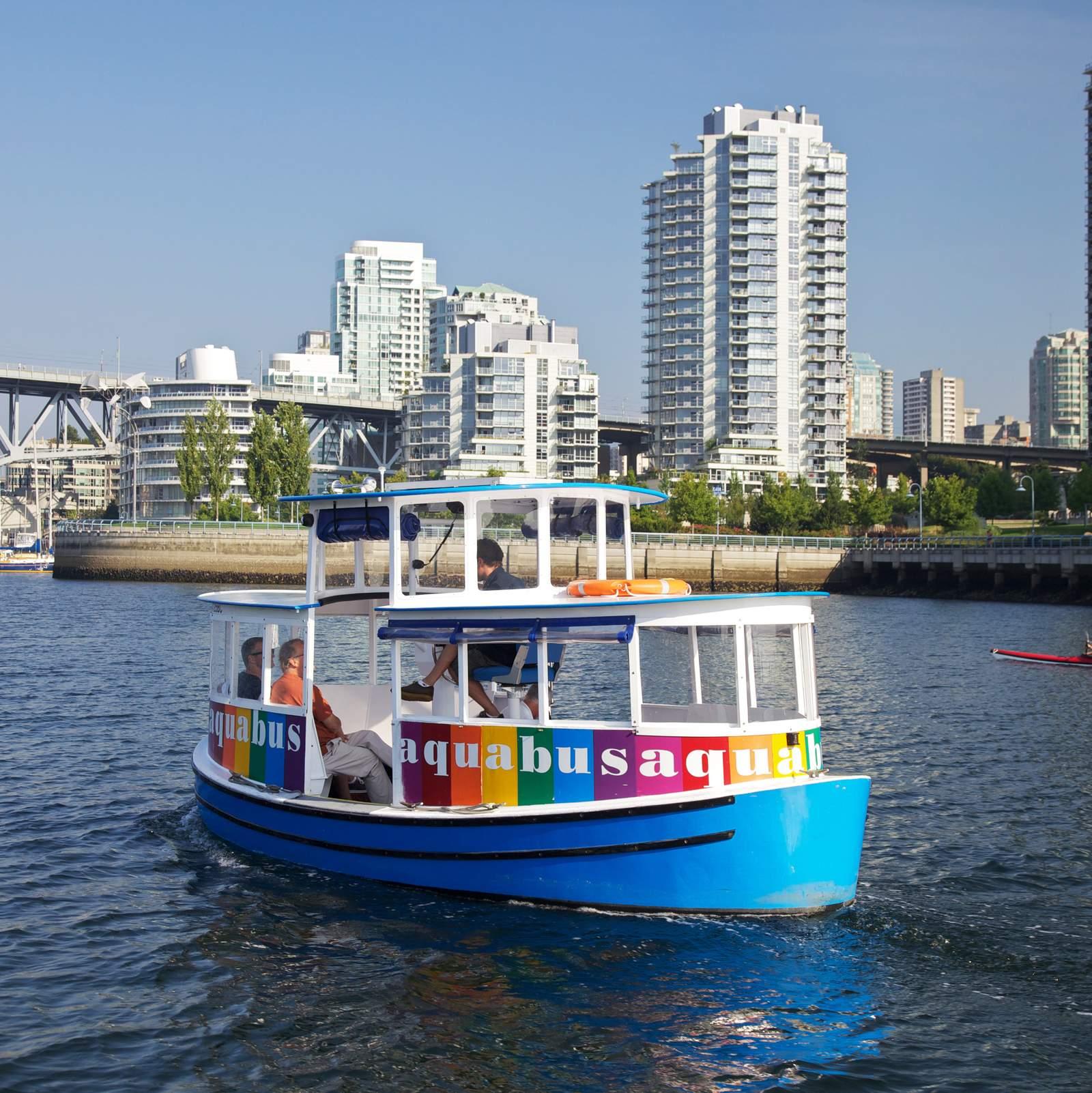 Aqua Bus bei False Creek in Vancouver, British Columbia