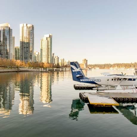 Ein Wasserflugzeug im Hafen Vancouvers