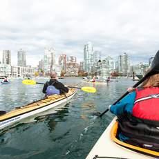 Kayakfahren bei False Creek, Vancouver, British Columbia