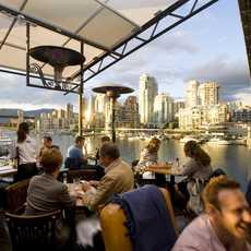 Die Außenterrasse des Sandbar Seafood Restaurants in Vancouver