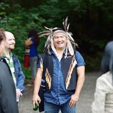 Ein Mann der First Nations erklärt den Wald