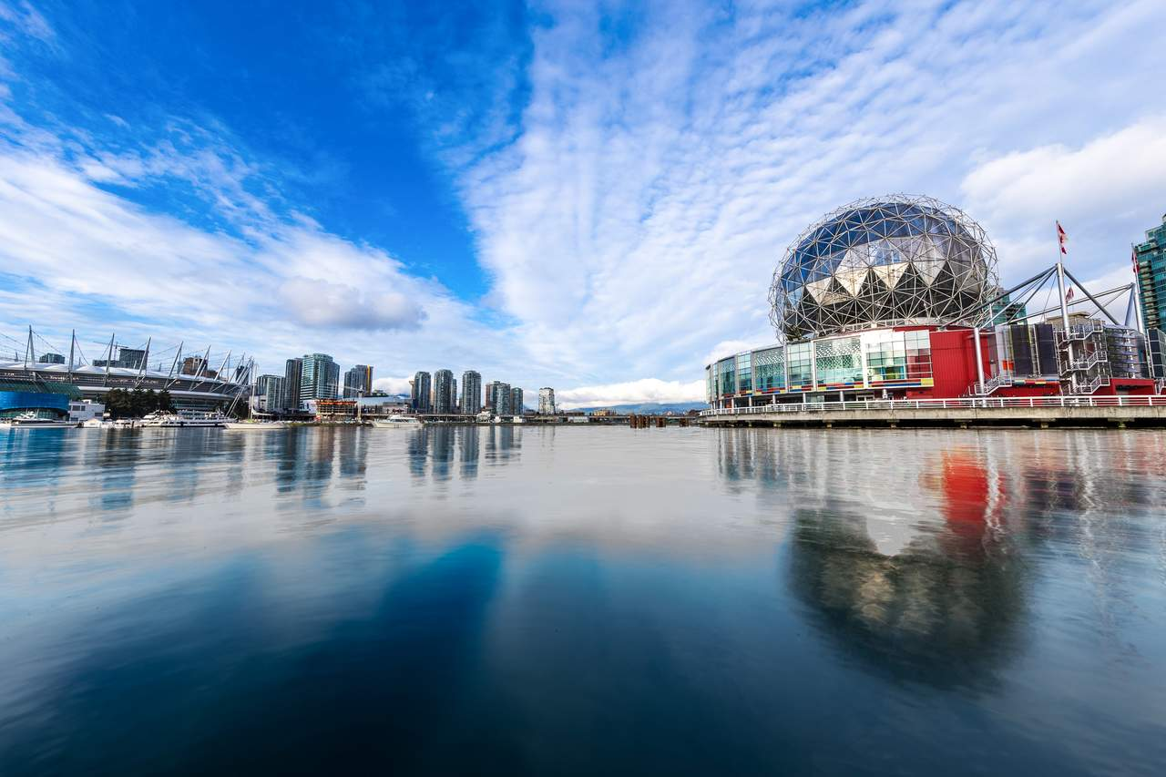 Science World vom False Creek gesehen