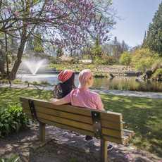 Ein Pärchen genießt die Aussicht im VanDusen Botanical Garden in der kanadischen Stadt Vancouver