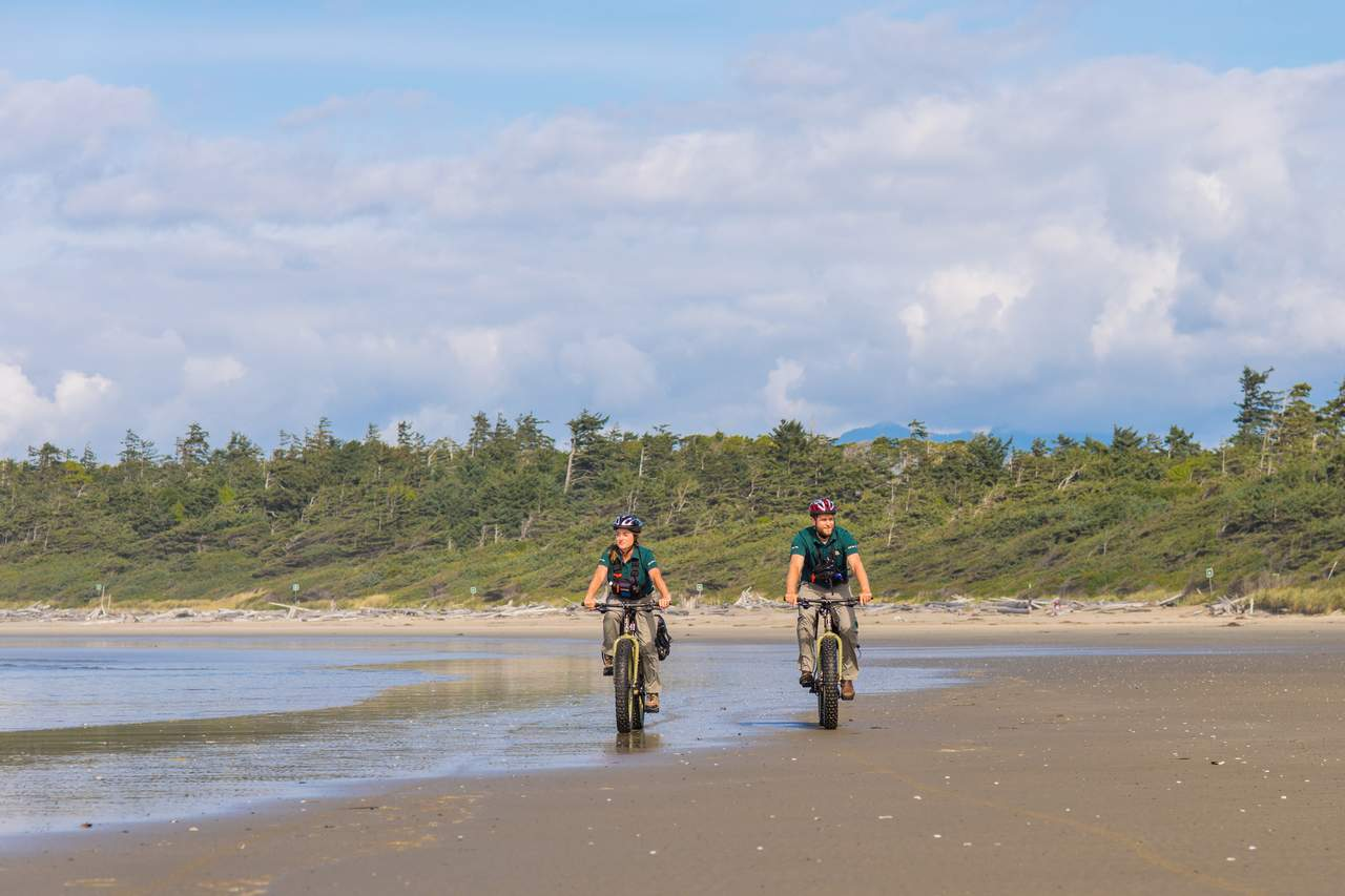Mountainbiker am Stand im Pacific Rim Nationalpark; British Columbia