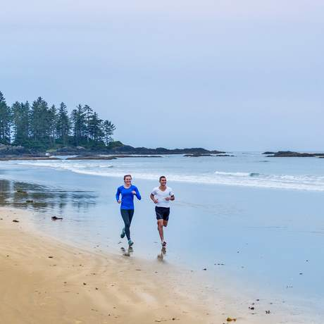 Joggen am Strand im Pacific Rim Nationalpark in British Columbia