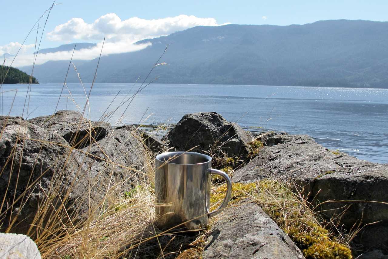 Kaffeebecher auf Felsen
